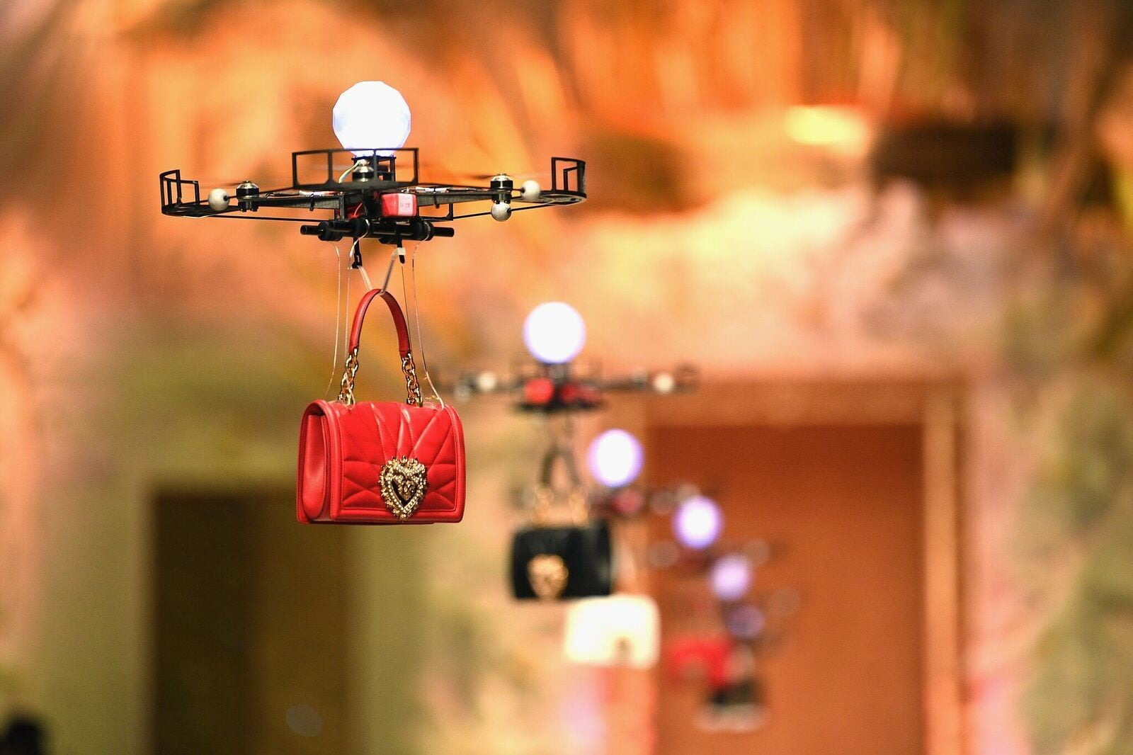 Dolce & Gabanna realiza desfile de moda con drones